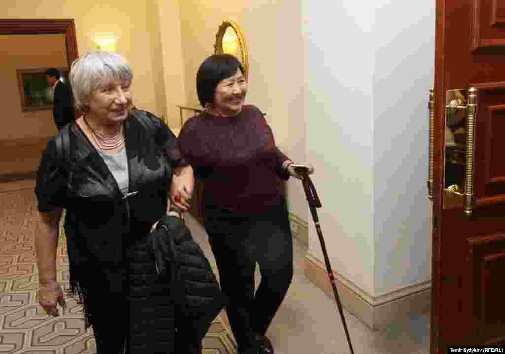 """Справа - руководитель организации """"Бир дуйно - Кыргызстан"""" Толекан Исмаилова."""