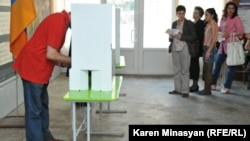 Armenia -- Armenians vote in parliamentary elections, Yerevan, 06May2012