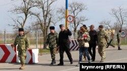 Lenur İslâmov ve «Asker» teşekküliniñ vekilleri. Herson vilâyeti, Çoñğar qasabası, 2016 senesi mart 28 künü