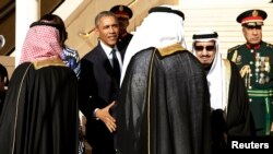 Король Саудовской Аравии Салман приветствует президента США Барака Обаму. Эр-Рияд, 27 января 2015 года.