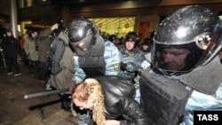 Милиция пресекает уличные беспорядки в Москве