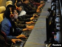 Интернет-кафеде отырған Қытай азаматтары. (Көрнекі сурет)