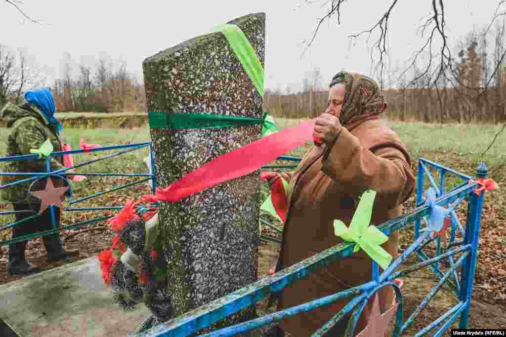 Жанчыны ўпрыгожваюць магілу невядомага жаўнера ў Семехавічах, Пінскі раён.