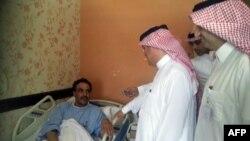 Сауд Арабиясы денсаулық сақтау министрлігінің өкілдері коронавирус жұқтырған аурудың көңілін сұрап тұр. Эль-Хаса, 13 мамыр 2013 жыл