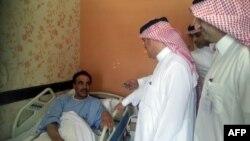 Представители министерства здравоохранения Саудовской Аравии посещают пациента, инфицированного новым коронавирусом. Провинция Аль-Ахса, 13 мая 2013 года.
