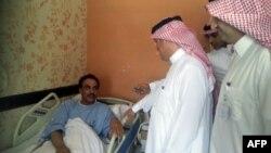 Сауд Арабиясы денсаулық сақтау министрлігінің өкілдері жаңа вирус жұқтырып ауруханада жатқан адаммен сөйлесіп тұр. 13 мамыр 2013 жыл.