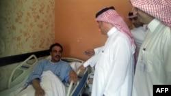 Министр здравоохранения Саудовской Аравии посещает в больнице пациента, заболевшего коронавирусом. Провинция аль-Ахса, 13 мая 2013 года.