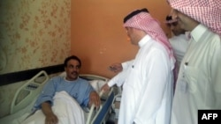 Сауд Арабиясы шенеуніктері вирус жұқтырған адаммен сөйлесіп тұр. 2013 жылдың мамыры. (Көрнекі сурет)