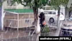 Снегопад в Ашхабаде, 8 апреля, 2020