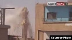 Минарет, разрушающийся во время перестрелки в одном из сирийских городов. 11 августа 2011 г