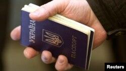 Чоловік тримає в руках паспорт громадянина України
