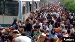 Біженці з Сребрениці в таборі біля бази ООН в аеропорту «Тузла», 14 липня 1995 рік