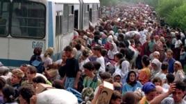 Ukrcavanje Srebreničana u autobuse, 14. juli 1995.