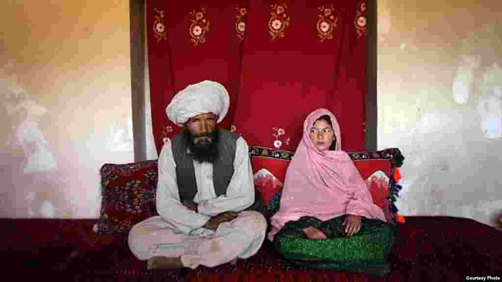 Əfqanıstan -- 11 yaşlı gəlin və onun 40 yaşlı əri. (UNİCEF-in fotosu 2007)
