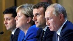 Президент Росії Володимир Путін (п) поруч із французьким колегою Емманюелем Макроном під час пресконференції в Парижі 9 грудня 2019 року