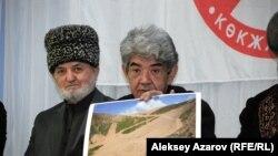 Мэлс Елеусизов показывает фото оголенного склона на Шымбулаке. Алматы, 17 февраля 2014 года.