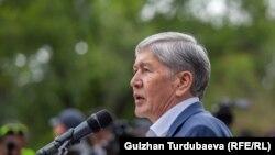Ozalky gyrgyz prezidenti Almazbek Atambaýew. Arhiw suraty