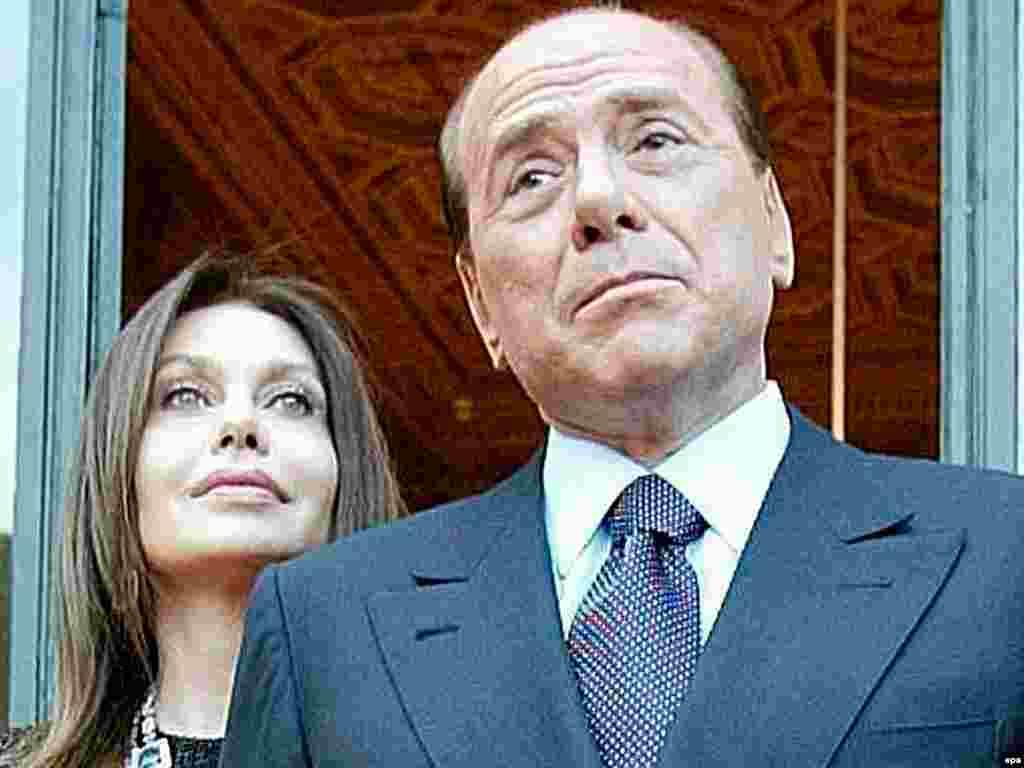 Премьер-министр Италии со своей супругой Вероникой Ларио.