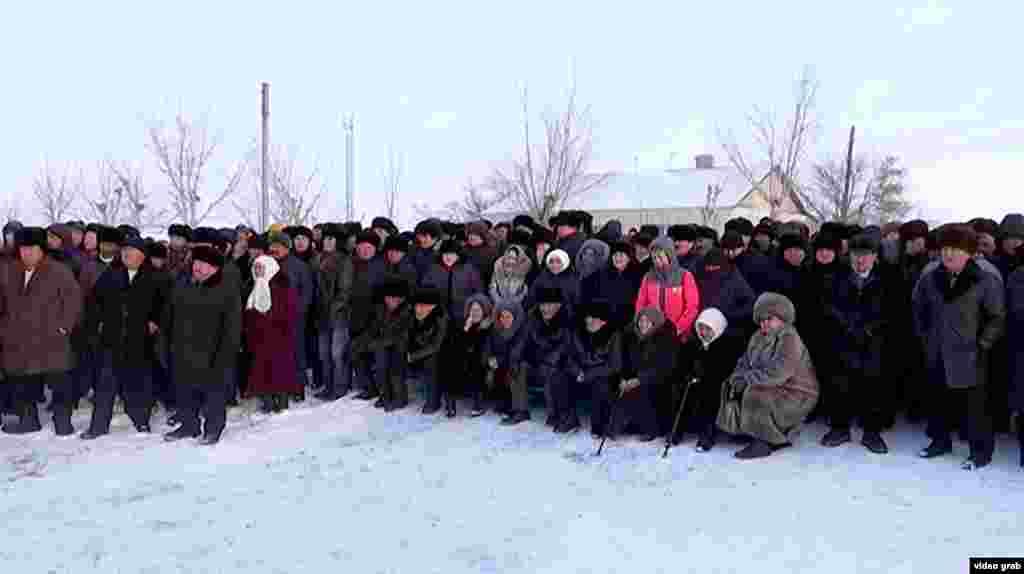 """Родные и близкие называют его героем и без медалей и наград. Фото: похороны Ерлана Нургалиева, инспектора """"Охотзоопрома"""", 17 января 2019 года, Карагандинская область."""