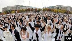 Асан қаласындағы Луна университетінде Бірігу шіркеуі ұйымдастырған үйлену салтанатына жиналған жастар. Оңтүстік Корея, 14 қазан 2009 жыл.