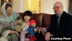 آلیستر بِرت به همراه گابریلا فرزند نازنین زاغری و مادر او در تهران