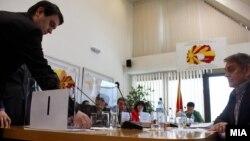 Државна изборна Комисија (ДИК) изврши жрепка за утврдување на редоследот на кандидатите на гласачкото ливче за локалните избори 2013 година.