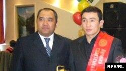 Бээжин олимпиядасында күмүш байгеге татыган кыргыз балбаны Канат Бегалиев (оңдо)