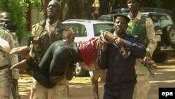 Силы безопасности выносят травмированного заложника из отеля Radisson. Бамако, 20 ноября 2015 года.