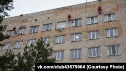 Спасатели в Великом Новгороде в костюмах Дедов Морозов поздравляют детей с праздником