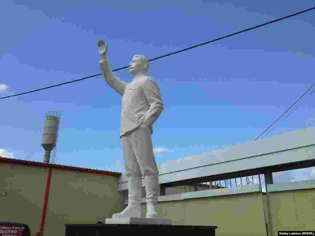Этот Сталин, напротив, вполне серьезен и свеж: памятник в Марий Эл, сентябрь 2015 года