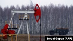 Нафтаздабыўная вытворчасьць у Рэчыцы, архіўнае фота
