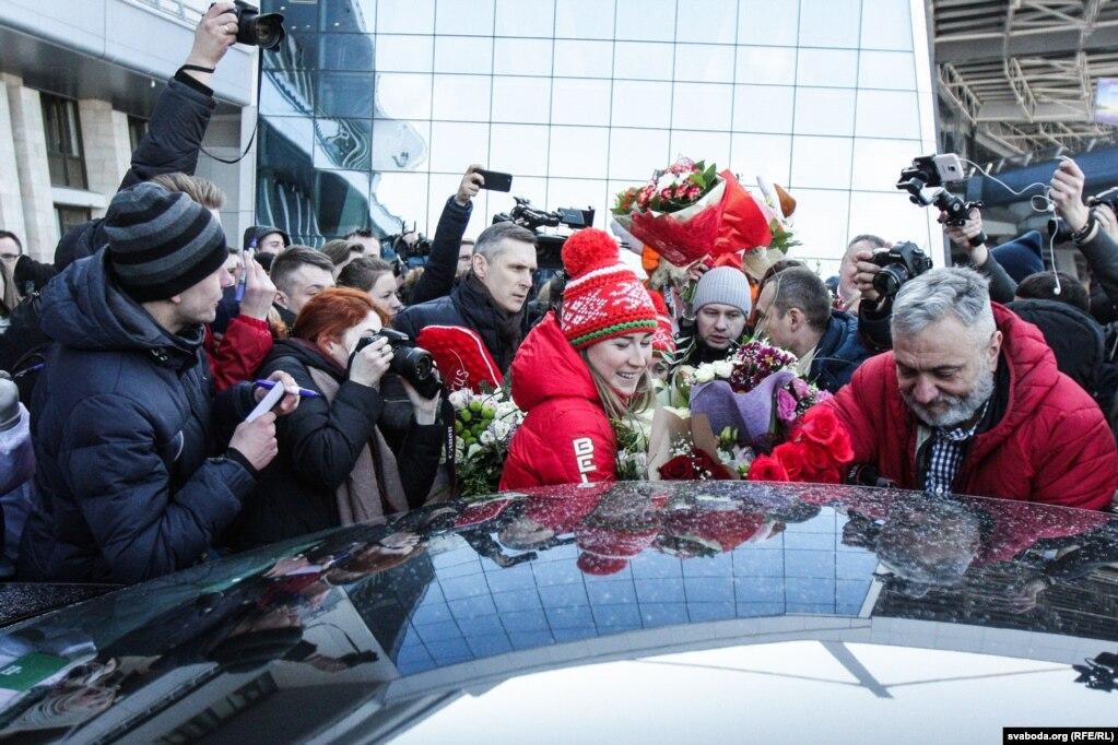 Белорусский биятлянистка Динара Алимбекова, которая обрела золотую медаль на Олимпийских играх в Пхёнчхане в эстафете вместе с & nbsp; Надеждой Скардино, Ириной Кривко и Дарьей Домрачевой, после возвращения из Южной Кореи в Минск, 27 февраля.