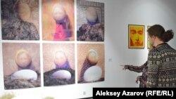 На стене — женские образы с яйцом птицы Кумай из серии «Казахские сказки». Работу представила Зитта Султанбаева.