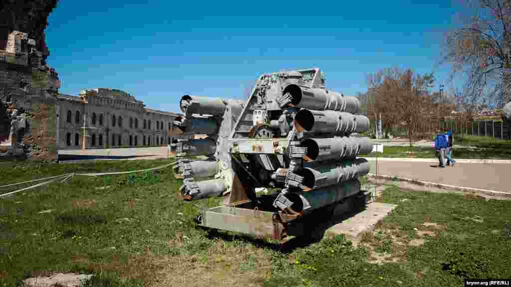 Музейний експонат: корабельна протичовнова реактивно-бомбова установка (у дворі музею)