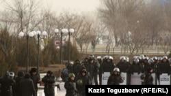 Ынтымақ алаңындағы арнайы жасақ сарбаздары. Ақтау, 20 желтоқсан 2011 жыл.