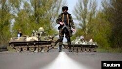 Ukrayna gərbçisi, Slavyansk yaxınlığında. Aprel 2014