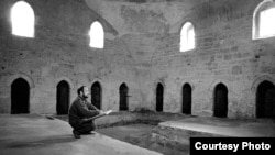 Рамиз Нетовкин на этюдах в Текие дервишей. Евпатория. 1993 год. Фото Рифхата Якупова