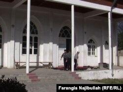 Подростки у дверей мечети в городе Исфара. Иллюстративное фото.