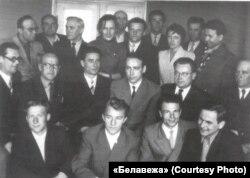 Зьезд Беларускага літаратурнага аб'яднаньня «Белавежа» у 1960 г. Ян Чыквін -- другі зьлева ў пярэднім радзе