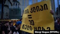 Чтобы поддержать музыкантов, на улицы вышли тысячи людей