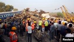 На месте железнодорожной катастрофы в Индии. 20 ноября 2016 года.