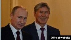 Президент России Владимир Путин (слева) и президент Кыргызстана Алмазбек Атамбаев. Санкт-Петербург, 16 марта 2015 года.