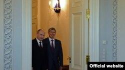 Ruski predsednik Vladimir Putin sa kirgistanskim predsjednikom Almazbekom Atambajevom