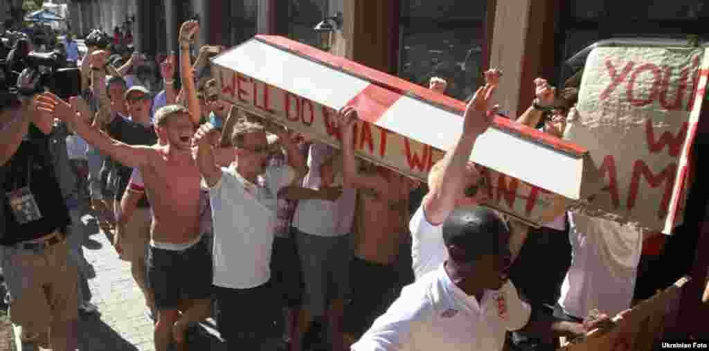 Англійські вболівальники пронесли вулицями Донецька труну в знак протесту проти несправедливого звинувачення Україна в расизмі, 19 червня 2012 року