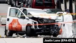 Поврежденный автомобиль на месте атаки в Нью-Йорке. 1 ноября 2017 года.
