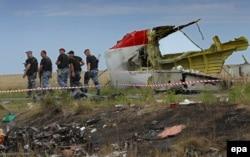 """На месте падения малайзийского """"Боинга"""", сбитого ракетой """"Бук"""" над территорией Украины, удерживаемой сепаратистами"""