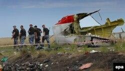 Бойовики угруповання «ДНР» біля уламків літака Boeing 777 неподалік села Грабове. Донбас, 20 липня 2014 року