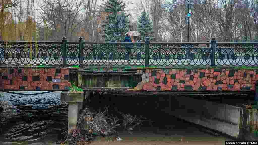 Під мостом на алеї, що веде до Вічного вогню, утворився сміттєвий затор