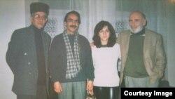 (Soldan sağa) Aktyor Vaqif İbrahimoğlu, rəssam Fırat Doğançay, aktrisa Mehriban Zəki və Tuncel Kurtiz. Bakı 2001-ci il (Fotolar Fırat Doğançayın arxivindən götürülüb)