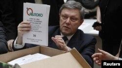 Grigori Iavlinsky deschizând una din cutiile cu semnăturile de susținere